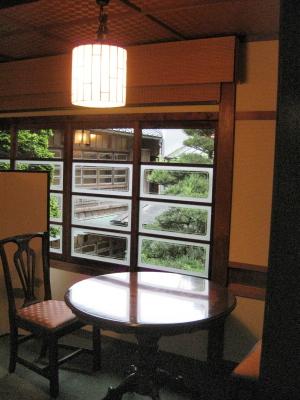落合楼 本館客室・藤(二)より中庭を望む